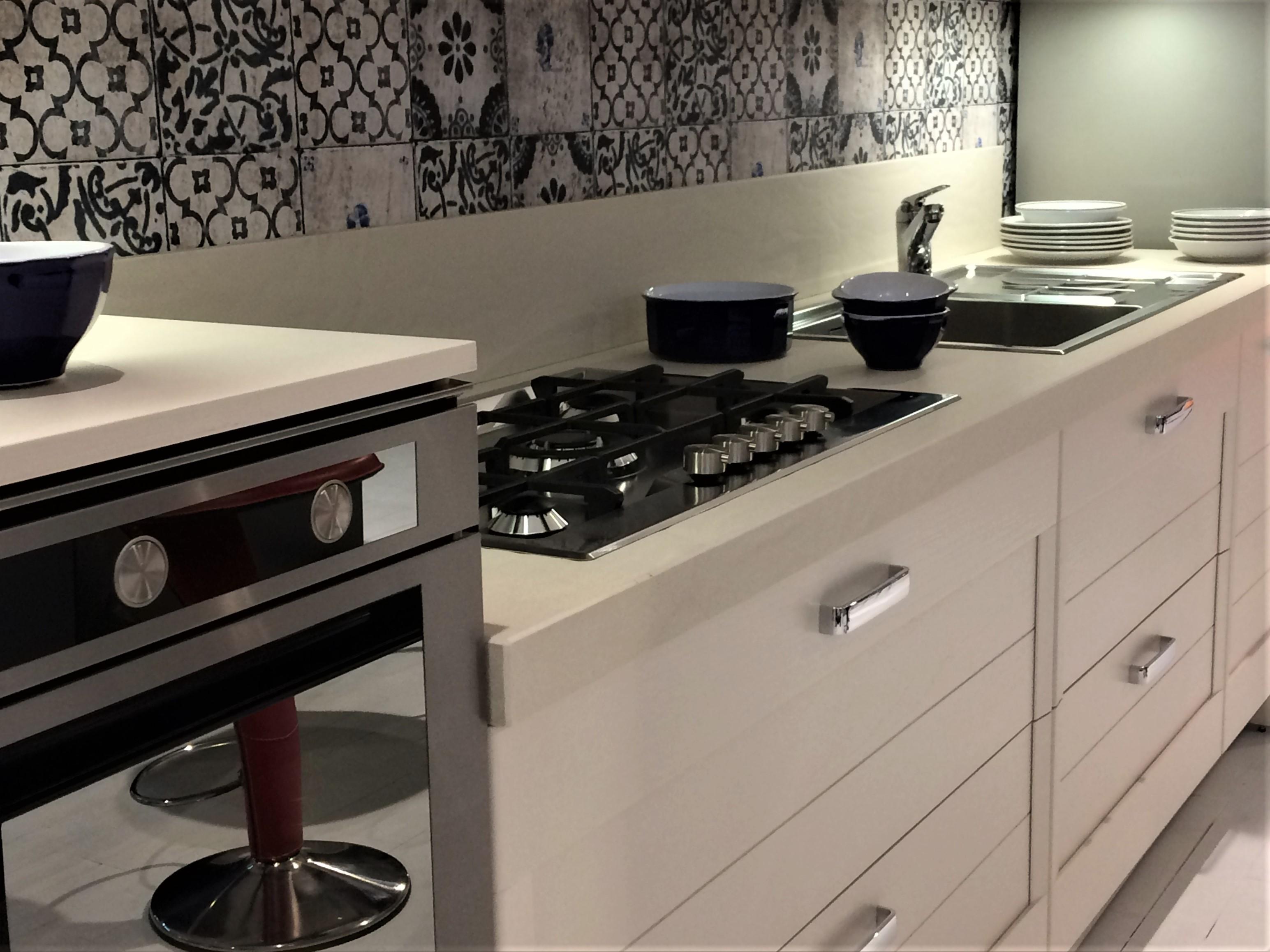 Cucina regula di elmar con carta da parati arredamenti pellegrinetti - Carta da parati cucina ...